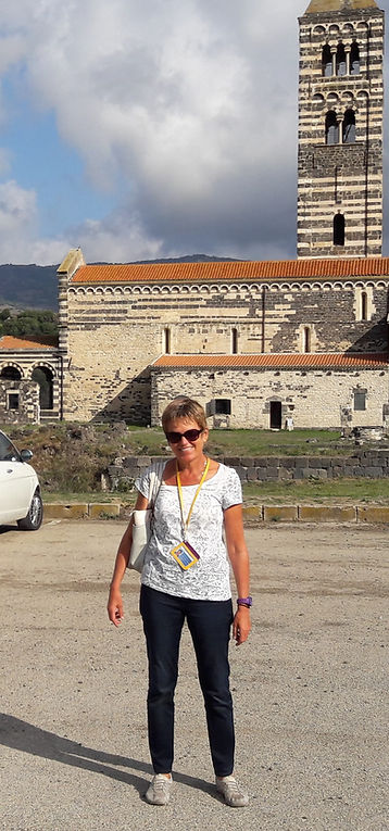 Reiseleiterin Myriam Moderow vor romanischer Kirche von Saccargia auf Sardinien