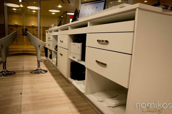Εσωτερικό πάγκου εργσίας καταστήματος για χρήση Η/Υ και εκτυπωτών