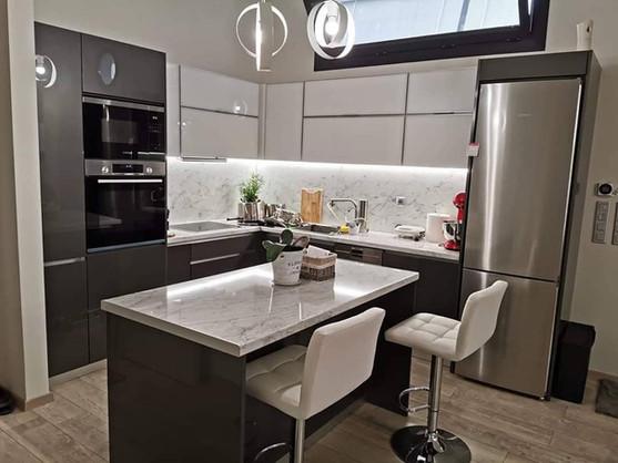 Κουζίνα βακελίτη με λευκά τζάμια στα άνω μέρη