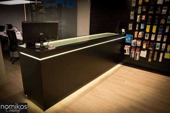Reception καταστήματος χρώματος μαύρης λάκας σατινέ με κρυφούς φωτισμούς