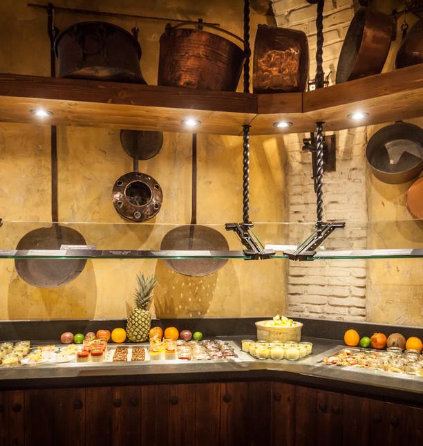 EP16_Castillo_Restaurant_Buffet_02.jpg