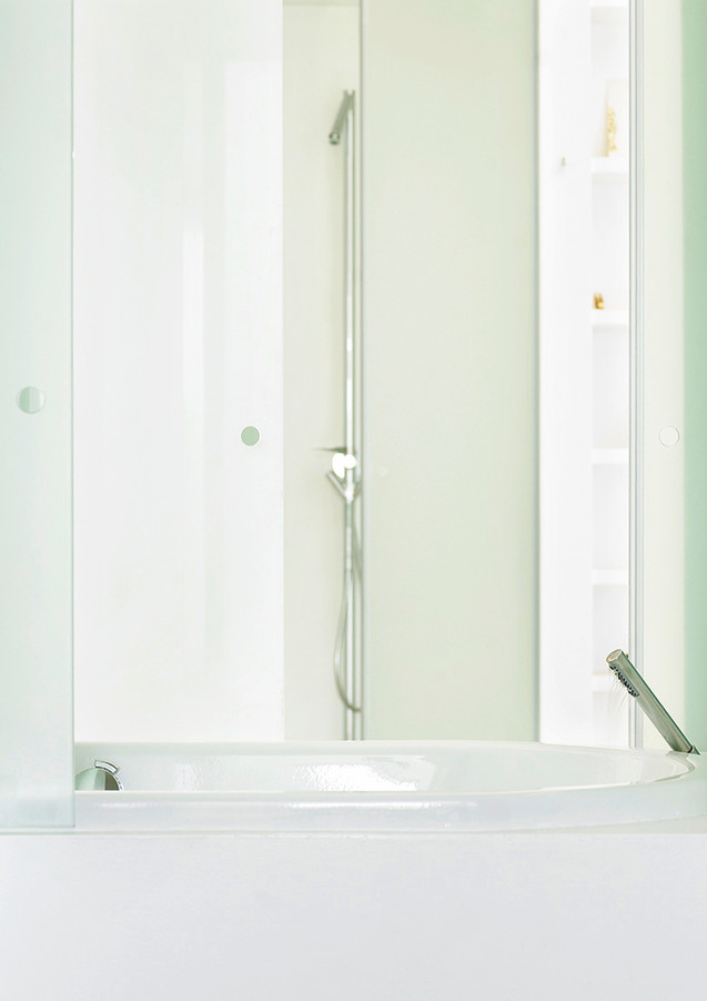 Innovative layout: the bath tub connects or devides the bathrooms of the master's and children's bedrooms