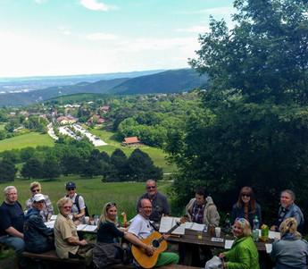 Singrunde auf der Nemecek-Hütte, Gießhübl