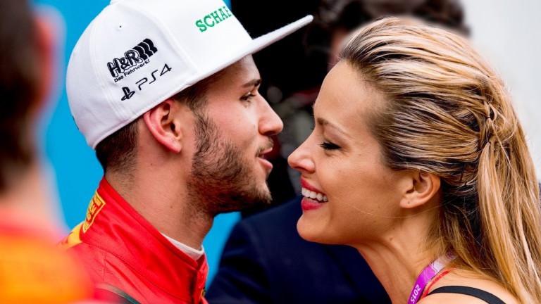 Daniel Abt (Deutschland) vom Team Abt Schaeffler Audi Sport wird vom tschechischen Fotomodell Petra Nemcova geküsst (Foto: picture alliance / dpa)