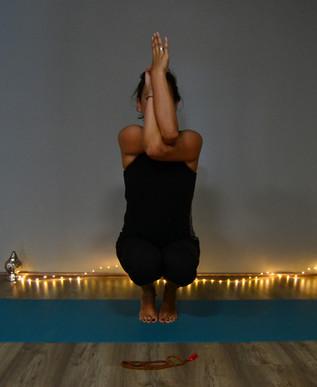 Postura de equilibrio con brazos en garudasana