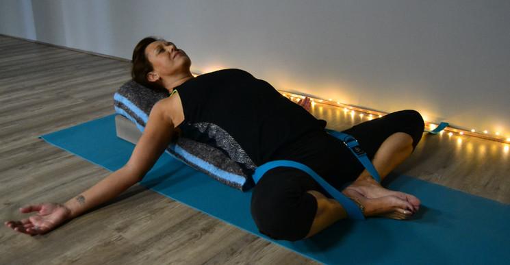 Supta baddha konasana con soportes