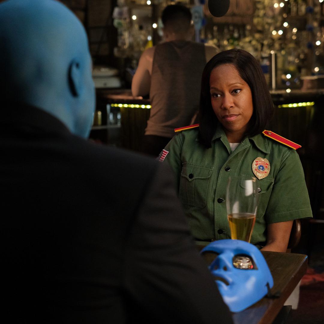 Angela and Dr. Manhattan in a bar.