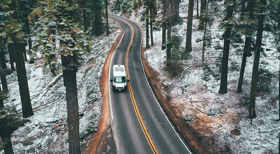 Wohnmobil fährt durch die Natur, Reisen, Camper ausbau, Van ausbau, shop