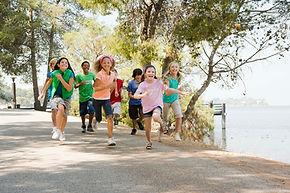 Grupo de criança correndo