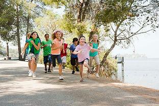 Los niños corriendo