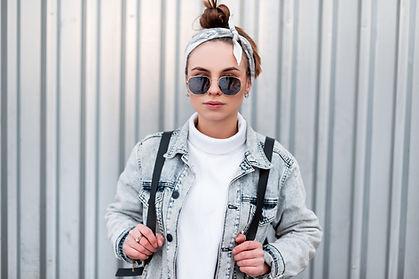 Frau mit Stirnband und Sonnenbrillen