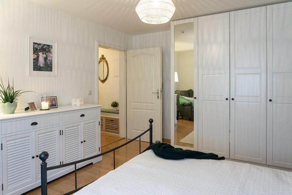 Schafzimmer_weißeMöbel.jpg