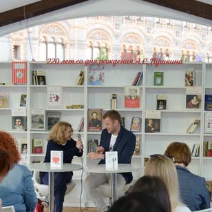 "Презентация книги ""Женский улучшайзинг"" и серии книг ""Одобрено рунетом"" АСТ"