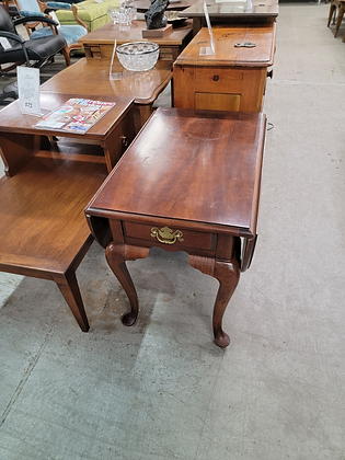 Bassett Drop Leaf Queen Anne End Table / Nightstand with Drawer