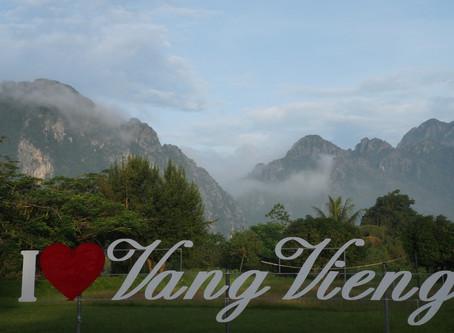 Kaksi tapaa päästä hengestään Laosissa - kaljakellunta ja polulta poikkeaminen