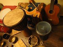 האקדמיה לנשיות - כלי הנגינה בחדר העבודה