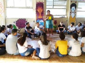 """Jovens fazem a """"Rota da Cidade"""" para conhecer as desigualdades do Recife"""