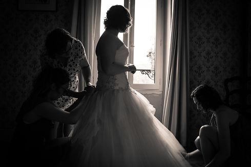 photos_de_mariages,_les_préparatifs,_mise_en_place_de_la_robe_par_les_desmoiselles_d'honn