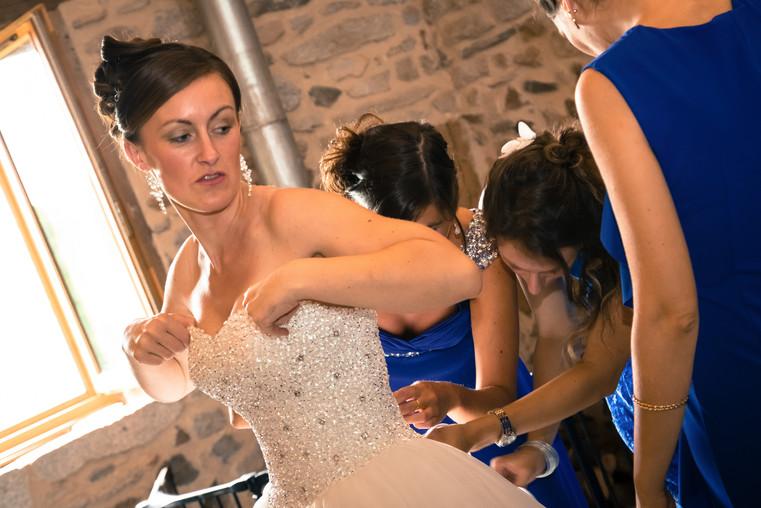 Photos_de_Mariages, les demoiselles honneur font le lacage de la robe