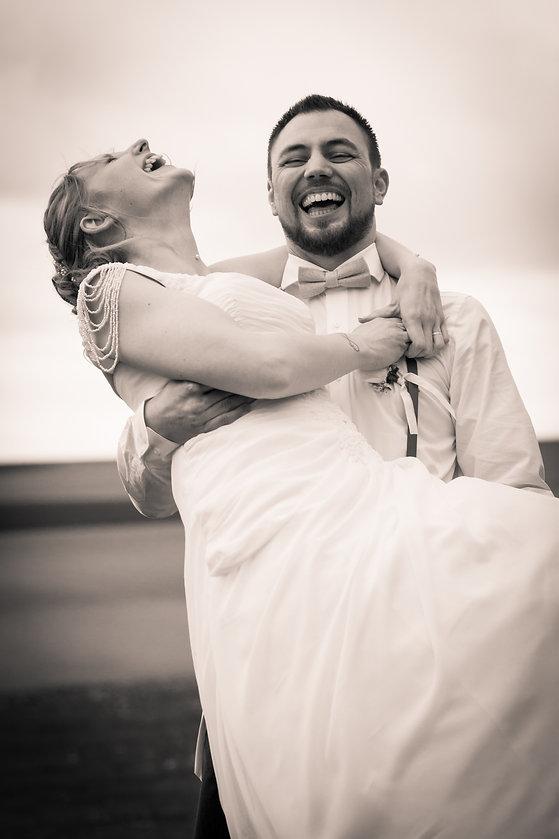 photo couple mariage rire brive