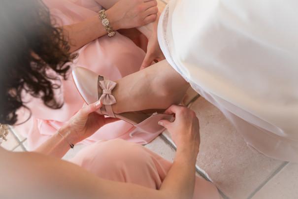 Photos_de_Mariages, demoiselles honneur mettent chaussures mariee