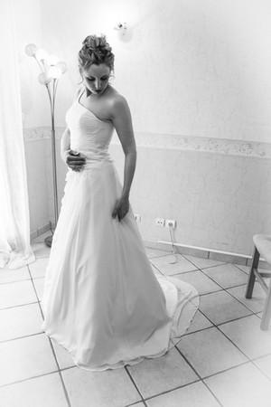 Photos_de_Mariages, la mariee contemple sa robe