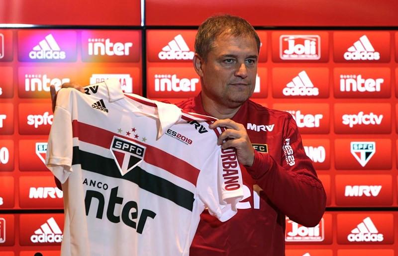 Aguirre exibe nova marca na camisa do São Paulo