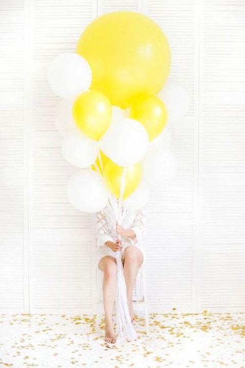 Шары белые и желтые пастель