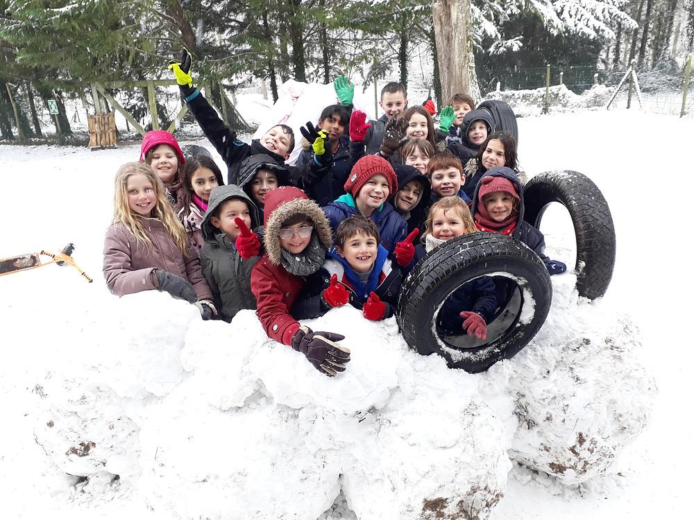 Vendredi 9 février, les élèves ont pu construire un igloo dans la cour de l'école !
