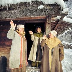 Kvinnor i vikingakläder, Gunnes Gård, Upplands Väsby, Smedby