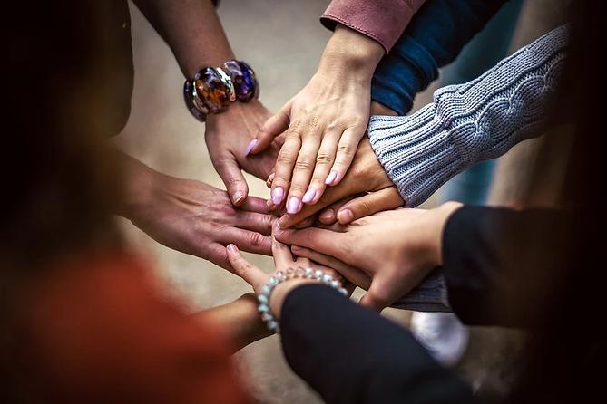 Händer som håller varandra, samarbete, närhet, teamwork, laganda, växande, stöd, psykologi