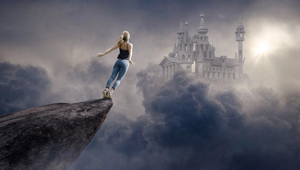 Kvinna på klippans kant hoppar mot sin dröm, slott, mod, rädsla, våga, satsa, peppning, stöd, psykosyntes, psykologi, psykolog, coach