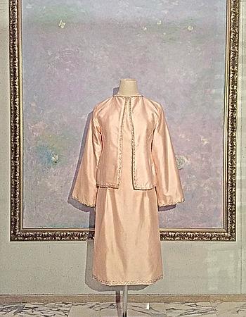 真行寺君枝が縫ったピンクのシルクシャンタンのジャケットとワンピース