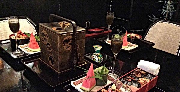 手提げ重箱と弁当の設えのディナーテーブル写真