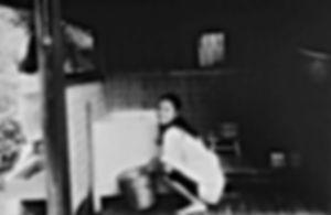 『シビラの四季』の風呂場でバケツを持つ真行寺君枝の写真