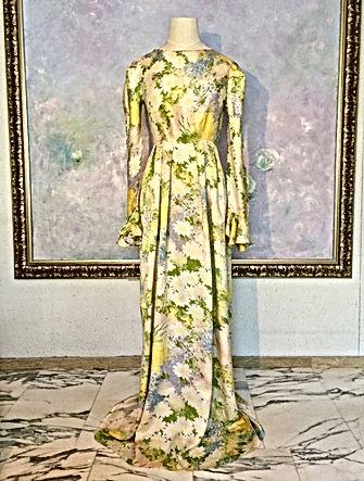 真行寺君枝が縫った花柄のシルクのロングドレス