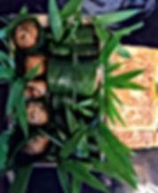 笹で包んだうなぎおこわと玉子焼きの写真