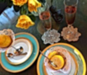 レモンシャーベットと黄色いバラとグラスの飲み物の写真