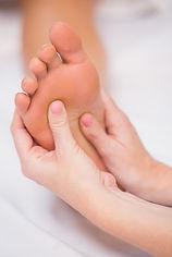 Bei der Akupressur werden bestimmte Akupunkte mit Druck sanft stimuliert. Die Punkte haben eine ganz spezifische Wirkung auf die Organe und befinden sich häufig an Händen und Füssen.