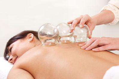 Bei der Schröpfmassage werden die Schröpfköpfe langsam über die Haut und Muskeln gezogen.