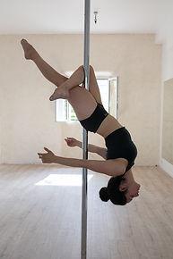 cross knee release pole dance Rennes