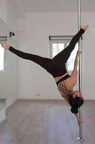 Extended butterfly pole dance Rennes