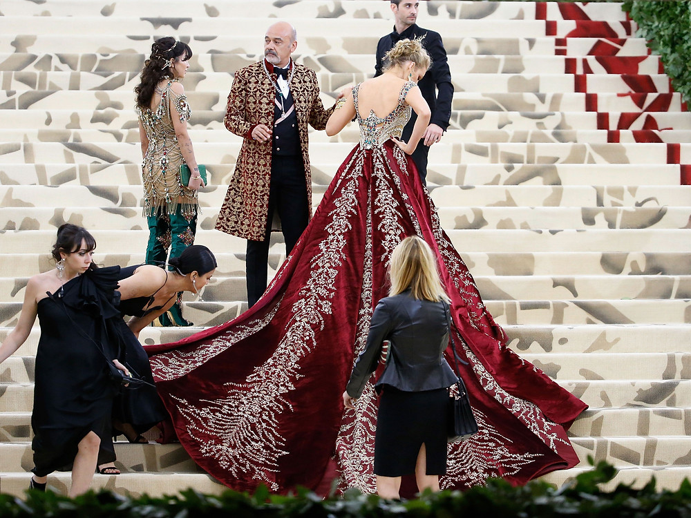 gown,assistants,steps