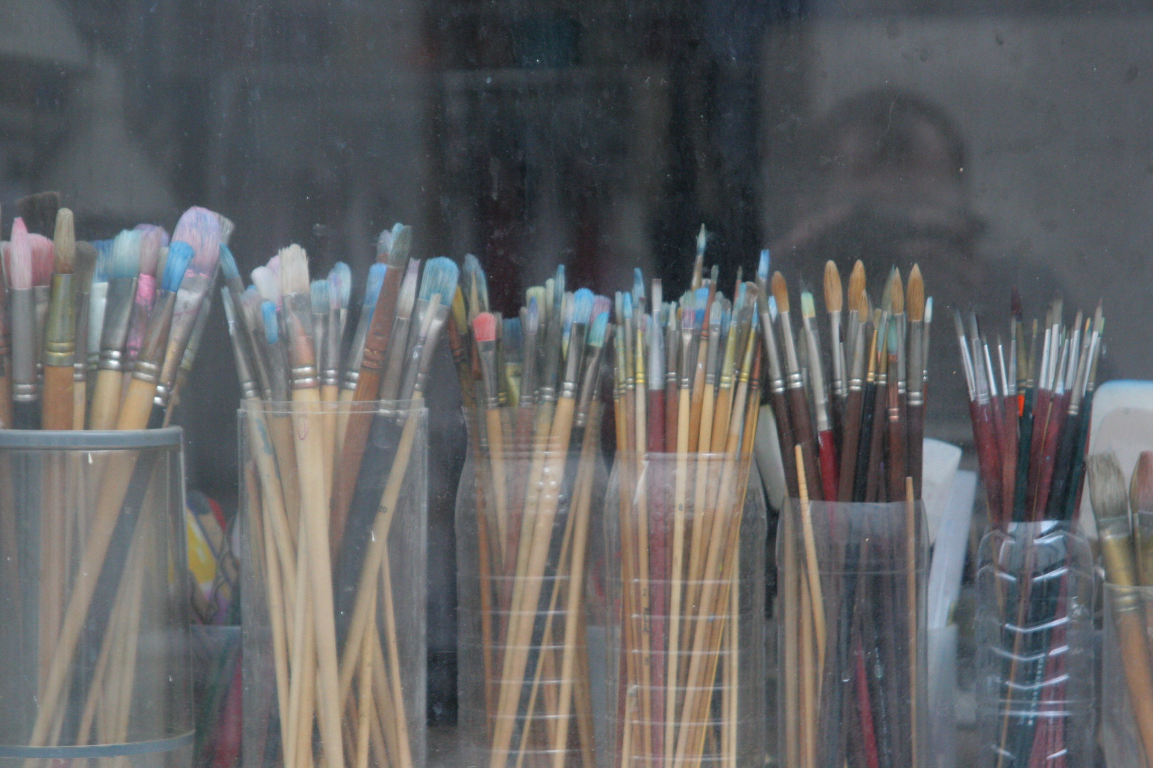 Paris_75018_Paint_brushes_behind_a_windo