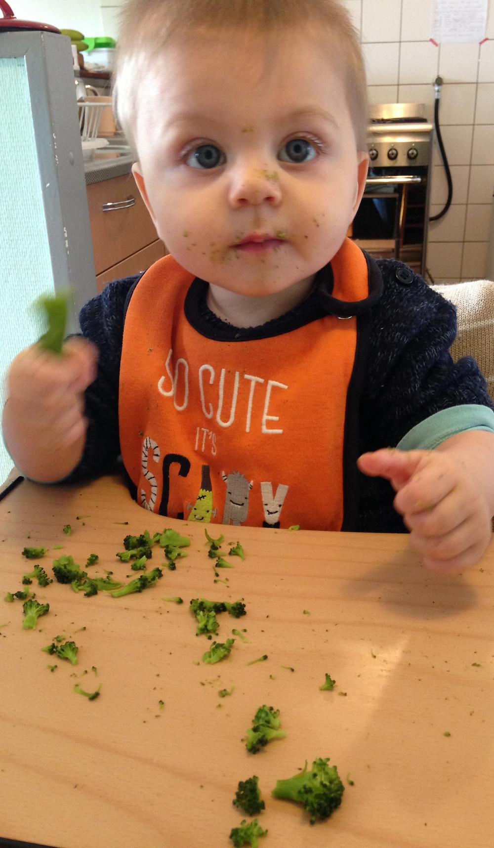 Mijn zoontje in ons toen nog huurhuisje, zijn eerste hapjes eten.