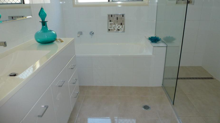 Alexandra bathoom bath.jpg