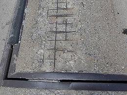 Abgeplatzter Beton, Bewehrungseisen liegen frei