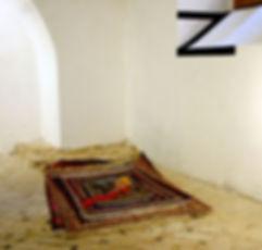 tappeti persiani pregiati, figura dormiente, piramide di tappeti - museo laboratorio d'arte contemporanea