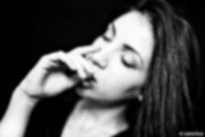 ritratto di donna con la mano in bocca - foto di daniele canonica