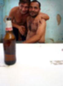 due uomini di etnia rom abbracciati, campo nomadi di Roma, foto di carlo de meo, metropoliz, museo dell'altro e dell'altrove